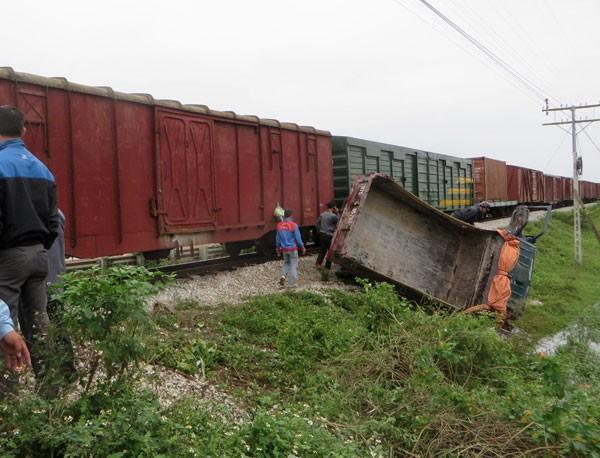 Bất cẩn khi sang đường, xe tải bị tàu hỏa tông lật bên mép ruộng ảnh 2