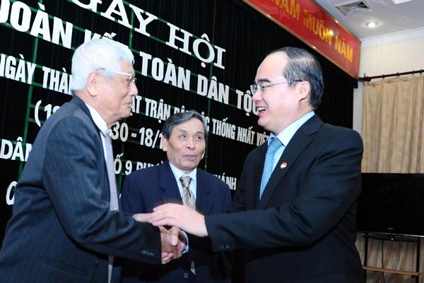 Chủ tịch MTTQVN Nguyễn Thiện Nhân thăm hỏi các cụ lão thành Cách mạng tại phường Quán Thánh