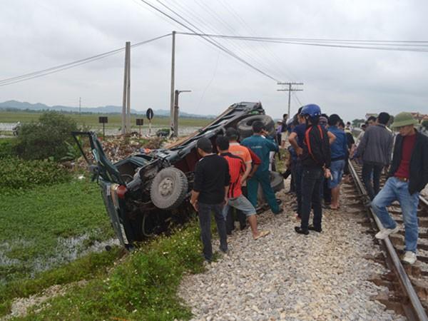 Bất cẩn khi sang đường, xe tải bị tàu hỏa tông lật bên mép ruộng
