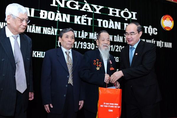 Chủ tịch MTTQVN Nguyễn Thiện Nhân tặng quà các cụ lão thành Cách mạng tại phường Quán Thánh, quận Ba Đình, Hà Nội