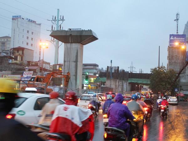 Công trình thi công đường sắt trên cao gây lo lắng cho người tham gia giao thông khi phải đi qua