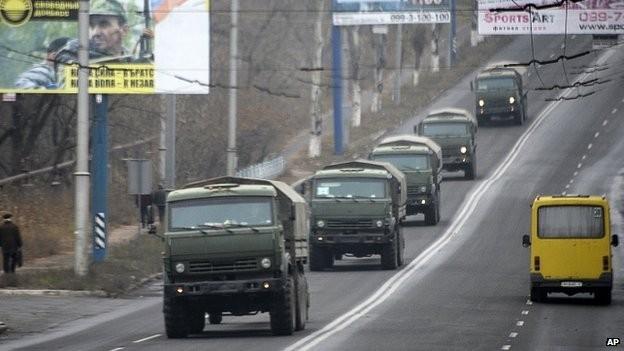 Đoàn xe không xác định chở vũ khí hạng nặng tiến vào miền đông Ukraine