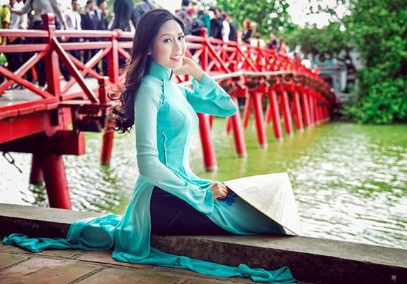Hoa hậu biển Nguyễn Thị Loan khoe dáng thướt tha bên Hồ Gươm ảnh 2