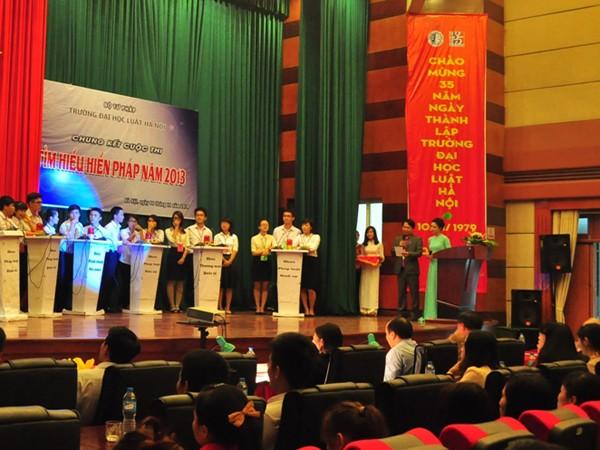 Sinh viên ĐH Luật Hà Nội tham dự cuộc thi Tìm hiểu Hiến pháp