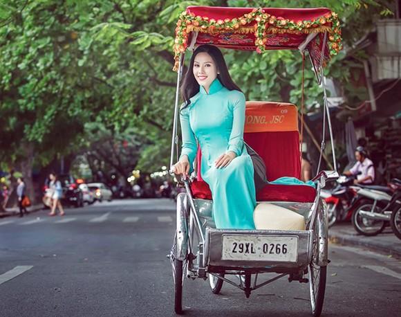 Hoa hậu biển Nguyễn Thị Loan khoe dáng thướt tha bên Hồ Gươm