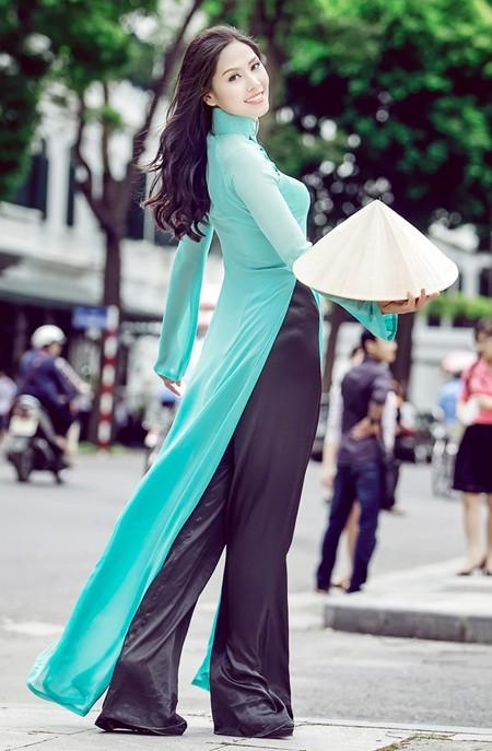 Hoa hậu biển Nguyễn Thị Loan khoe dáng thướt tha bên Hồ Gươm ảnh 3