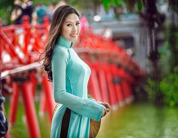 Hoa hậu biển Nguyễn Thị Loan khoe dáng thướt tha bên Hồ Gươm ảnh 7