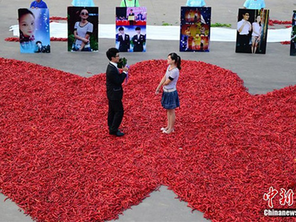 Hàng chục ngàn quả ớt đã được xếp thành hình trái tim