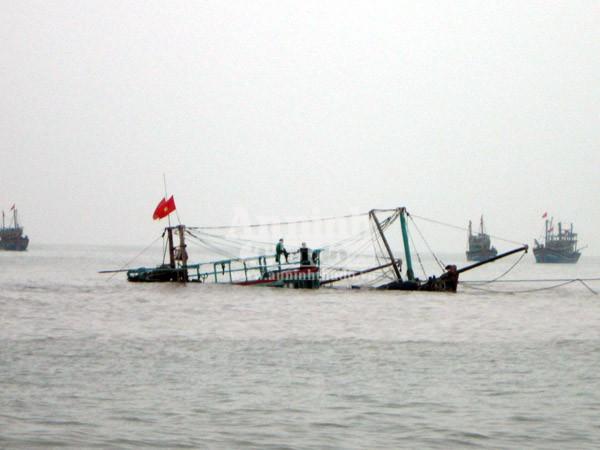 Tàu cá đắm do đâm phải đá ngầm, 10 ngư dân may mắn được cứu sống ảnh 1