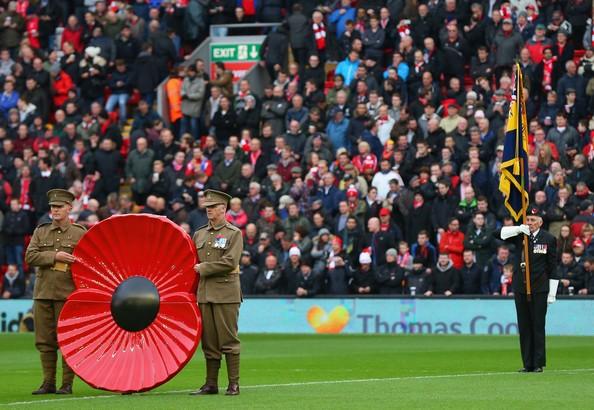 Bông hoa đỏ trên ngực áo cầu thủ ở Anh có ý nghĩa gì? ảnh 2