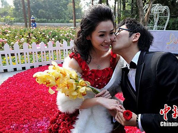 Cô gái mặc chiếc váy hoa hồng hạnh phúc bên bạn trai