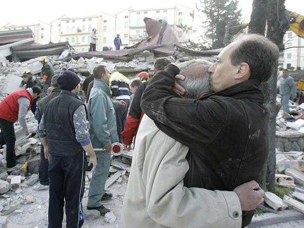 Những cư dân địa phương tuyệt vọng trước sự tàn phá của trận động đất hồi năm 2009