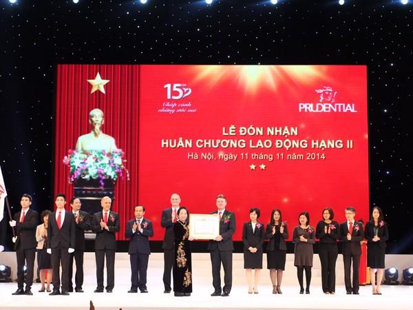 Phó Chủ tịch nước Nguyễn Thị Doan trao Huân chương Lao động hạng Nhì cho Công ty Bảo hiểm nhân thọ Prudential Việt Nam