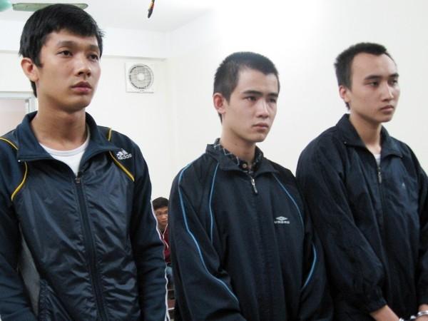 Hà Nông Thắng (giữa) cùng đồng phạm tại phiên tòa phúc thẩm