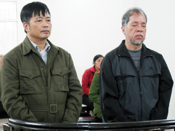 Nguyễn Đình Bang (bên phải) cùng đồng bọn tại phiên tòa