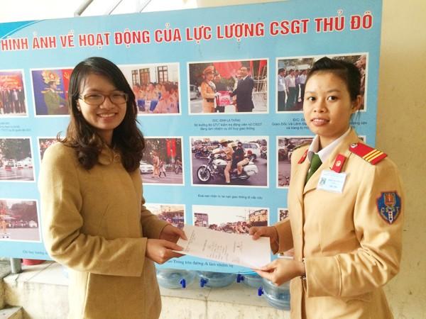 Chị Hương vui mừng khi được Đội CSGT số 1 trao quyết định trả lại phương tiện