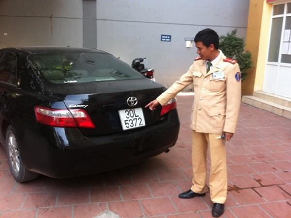 Chiếc xe Camry mang BKS giả bị CSGT phát hiện, thu giữ