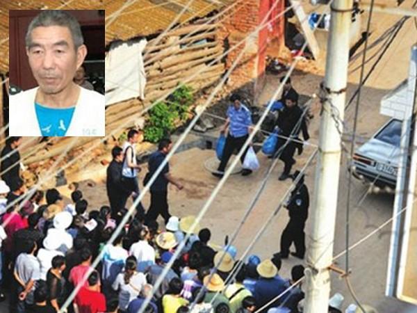 Người dân làng Nam Môn tụ tập xem cảnh sát khám xét nhà của Trương Vĩnh Minh