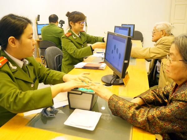 Cải cách hành chính, phục vụ người dân ngày càng tốt hơn là một trong những nội dung thi đua của các đơn vị công an quận, huyện