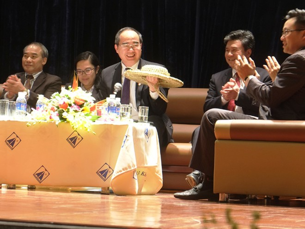 Ủy viên Bộ Chính trị, Chủ tịch Ủy ban Trung ương MTTQ Việt Nam Nguyễn Thiện Nhân tại buổi giao lưu