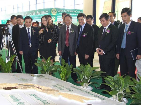 """Hội chợ triển lãm Nông nghiệp quốc tế lần thứ 14 – AgroViet 2014 có chủ đề: """"Nông nghiệp Việt Nam hướng tới giá trị gia tăng cao và phát triển bền vững"""" thu hút trên 400 gian hàng của 200 doanh nghiệp cơ sở sản xuất và tổ chức trong và ngoài nước tham dự trong đó có doanh ngiệp Nhật Bản, Trung Quốc, Cộng hòa Nam Phi và các tổ chức, cá nhân, đơn vị trong nước đến từ các Sở, Viện, trung tâm Xúc tiến thương mại, các Trung tâm Khuyến nông các tỉnh, thành phố; các hiệp hội, trang trại, hợp tác xã, doanh nghiệp trong và ngoài ngành nông nghiệp, nông thôn. Tham dự hội chợ, các doanh nghiệp mang đến các mặt hàng nông, lâm, thủy hải sản, thủ công mỹ nghệ; lương thực thực phẩm; cây trồng, vật nuôi; vật tư, thiết bị máy móc nông nghiệp đa dạng phóng phú."""