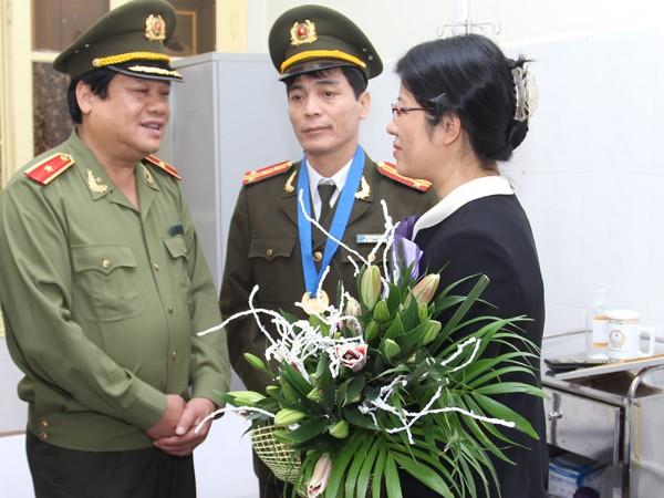 Sau khi trao tặng Quyết định danh hiệu công dân ưu tú Thủ đô năm 2014, Thiếu tướng Lưu Quang Hợi chuyện trò, chúc mừng gia đình Đại tá Trần Đức Long