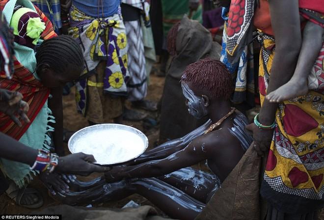 Sau buổi lễ, các bé gái được bôi sơn trắng lên cơ thể để đánh giá bước chuyển lớn trong đời