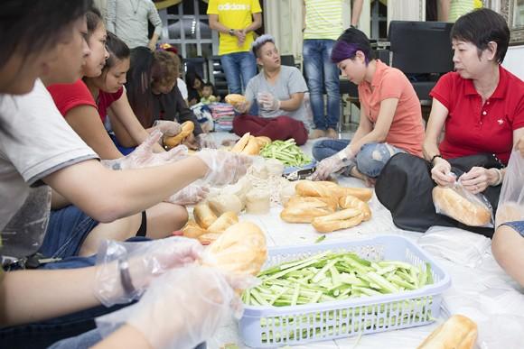 Thanh Thảo trích tiền bán album mua quà cho người nghèo trước khi đi lưu diễn ảnh 2