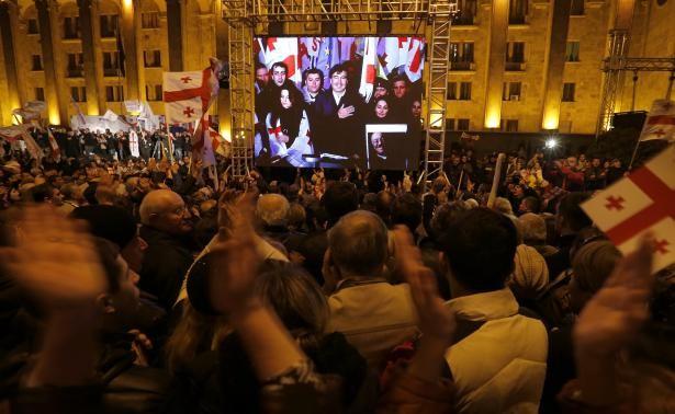 Cựu Tổng thống Gruzia Mikheil Saakashvili nói qua một màn hình lớn