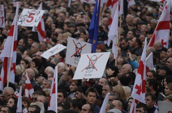 Hàng ngàn người Gruzia xuống đường biểu tình phản đối chính phủ và Nga
