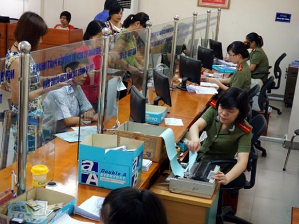 Người dân trực tiếp đến làm thủ tục hộ chiếu sẽ được tận tình hướng dẫn, giúp đỡ