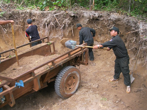 Đắk Lắk: Cảnh sát cơ động về buôn giúp dân làm đường ảnh 2