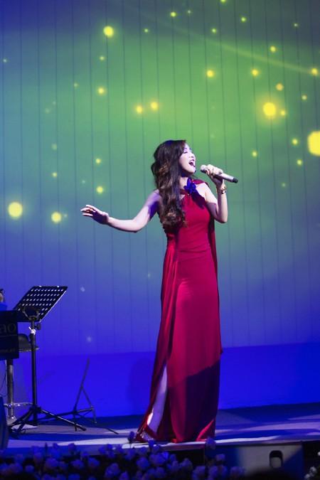 Hoa hậu Giáng My quyến rũ trong đêm nhạc gây quỹ từ thiện ảnh 8