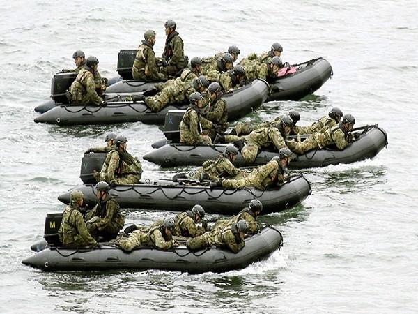 Lực lượng tham gia diễn tập sử dụng xuồng cao su đổ bộ lên đảo