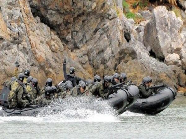 Lực lượng tham gia diễn tập dùng xuồng cao su áp sát đảo