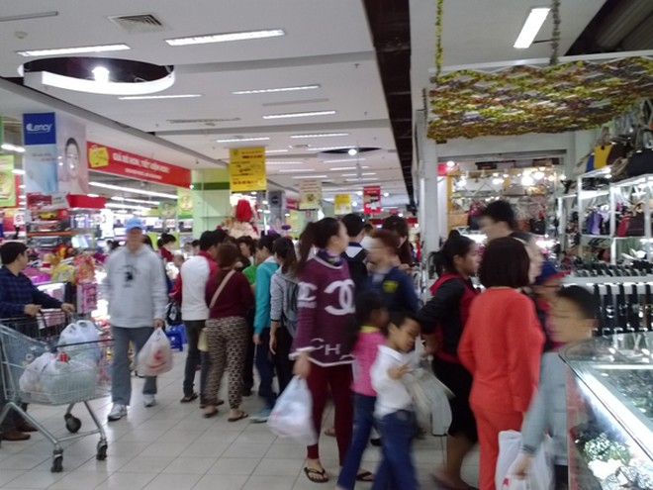 Khách hàng mua sắm nườm nượp tại siêu thị BigC trong ngày Vàng