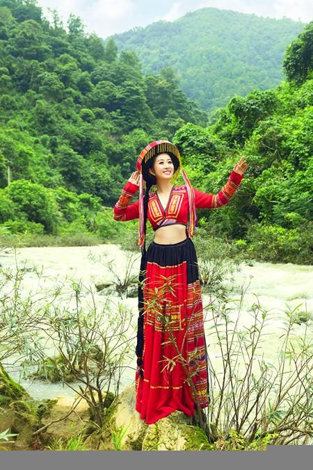 MC Kim Trang khoe eo thon giữa núi rừng