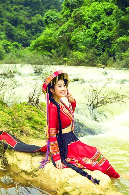 MC Kim Trang khoe eo thon giữa núi rừng ảnh 4