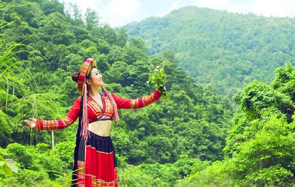 MC Kim Trang khoe eo thon giữa núi rừng ảnh 10