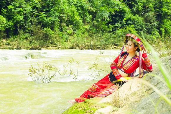 MC Kim Trang khoe eo thon giữa núi rừng ảnh 11