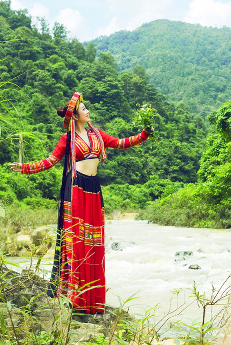 MC Kim Trang khoe eo thon giữa núi rừng ảnh 9