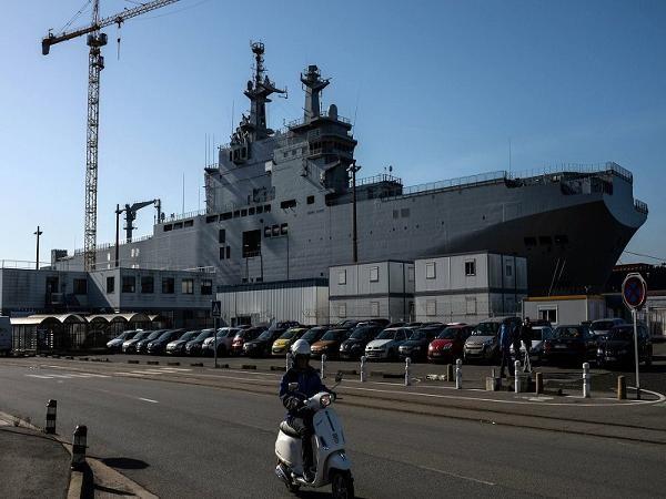 Tàu sân bay chở trực thăng lớp Mistral đóng cho Nga đang neo tại cảng của Pháp