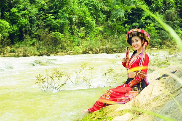 MC Kim Trang khoe eo thon giữa núi rừng ảnh 12