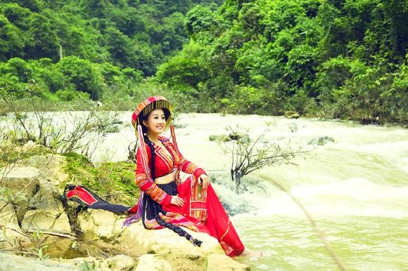MC Kim Trang khoe eo thon giữa núi rừng ảnh 3