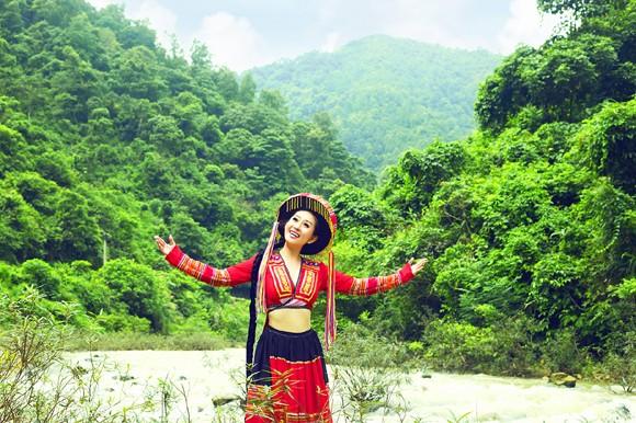 MC Kim Trang khoe eo thon giữa núi rừng ảnh 5
