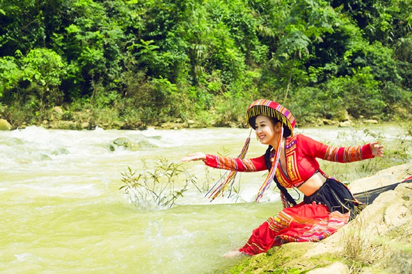 MC Kim Trang khoe eo thon giữa núi rừng ảnh 13