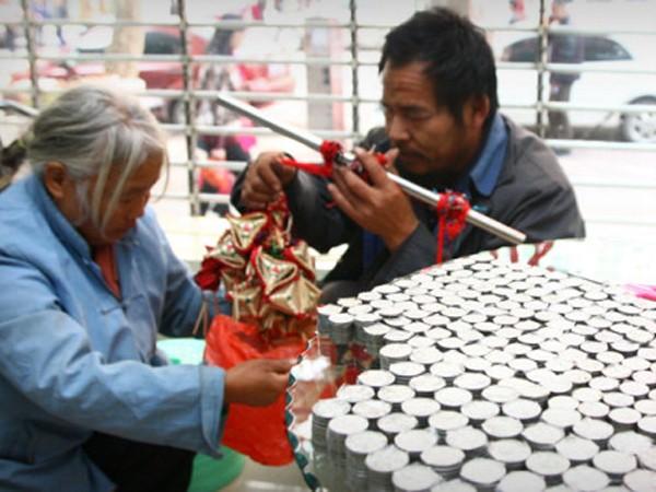 Trung Quốc: Nộp học phí cho con bằng hai bao tải tiền xu ảnh 1