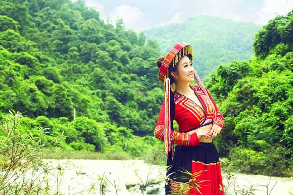 MC Kim Trang khoe eo thon giữa núi rừng ảnh 2