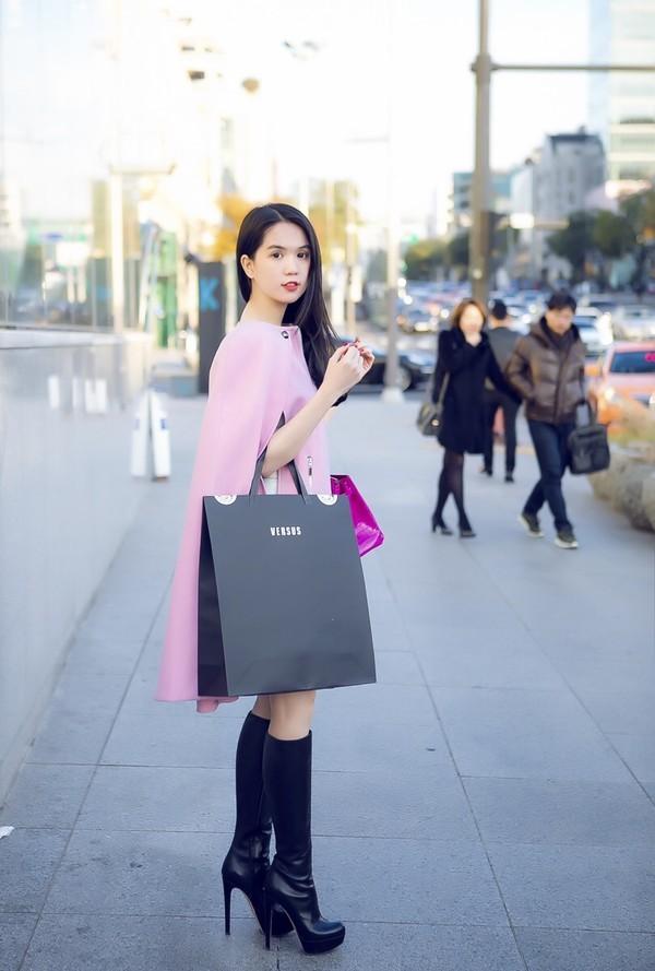 """Ngọc Trinh đẹp kiêu sa ở Hàn Quốc, nhẹ nhàng """"kiếm"""" cả tỷ đồng ảnh 8"""