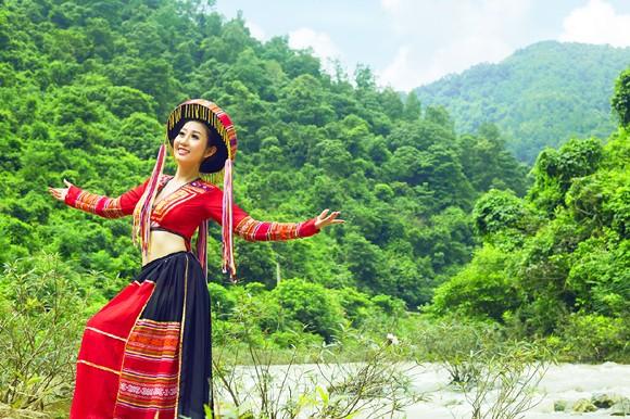MC Kim Trang khoe eo thon giữa núi rừng ảnh 6